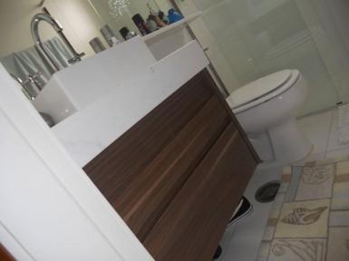 [Gabinete de baheiro planejado no Tatuapé SP em MDF escuro e puxador em cava na própria madeira ]