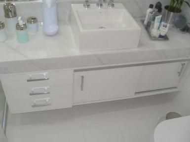 [Armário para Banheiro Planejado Vila Prudente SP em Laca branca acetinada com puxadores de 2 furos e duas portas de correr ]