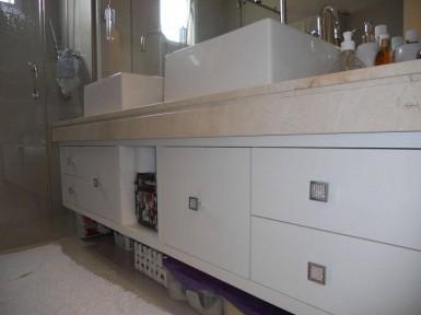 [Armário para banheiro planejado Vila Guilherme SP em MDF branco texturizado com puxador de um furo]
