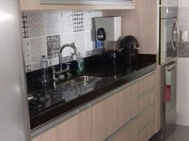 [Cozinha planejada no Tatuapé SP, em MDF Carvalho e portas em vidro preto]