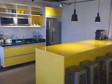 [Cozinha planejada em SP em MDF Amarelo Citrino brilhante com balcão Goumet]