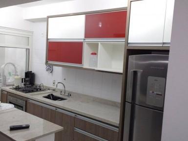 [Cozinha planejada em Moema SP com vidro vermelho ]