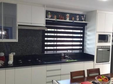 [Cozinha planejada no Itaim Bibi SP em MDF branco tx e vidro reflecta prata]