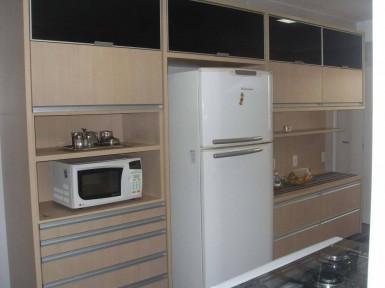 [Cozinha planejada no Morumbi Zona Sul SP  em MDF amadeirado com portas de vidro preto]