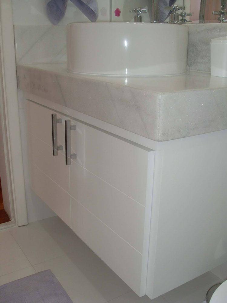 Armário para Banheiro Planejado Vila Prudente SP em Laca branca acetinada com puxadores de 2 furos e duas portas de correr  - Foto 1