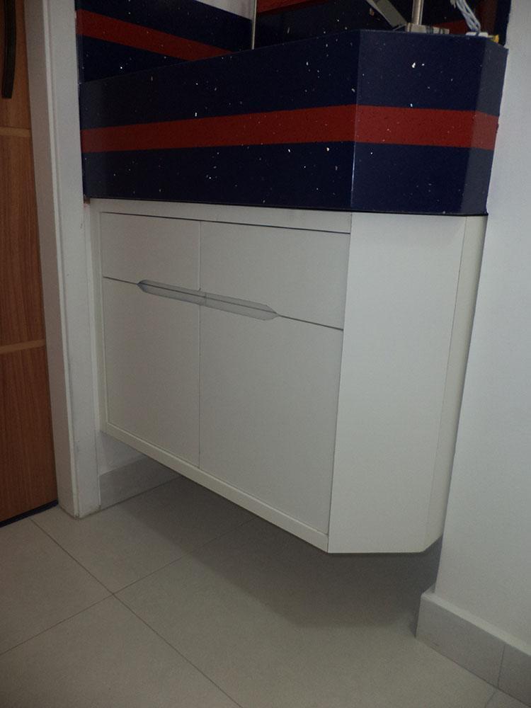 [Armário para banheiro planejado Vila Maria SP em MDF branco texturizado e puxador de cava na madeira]