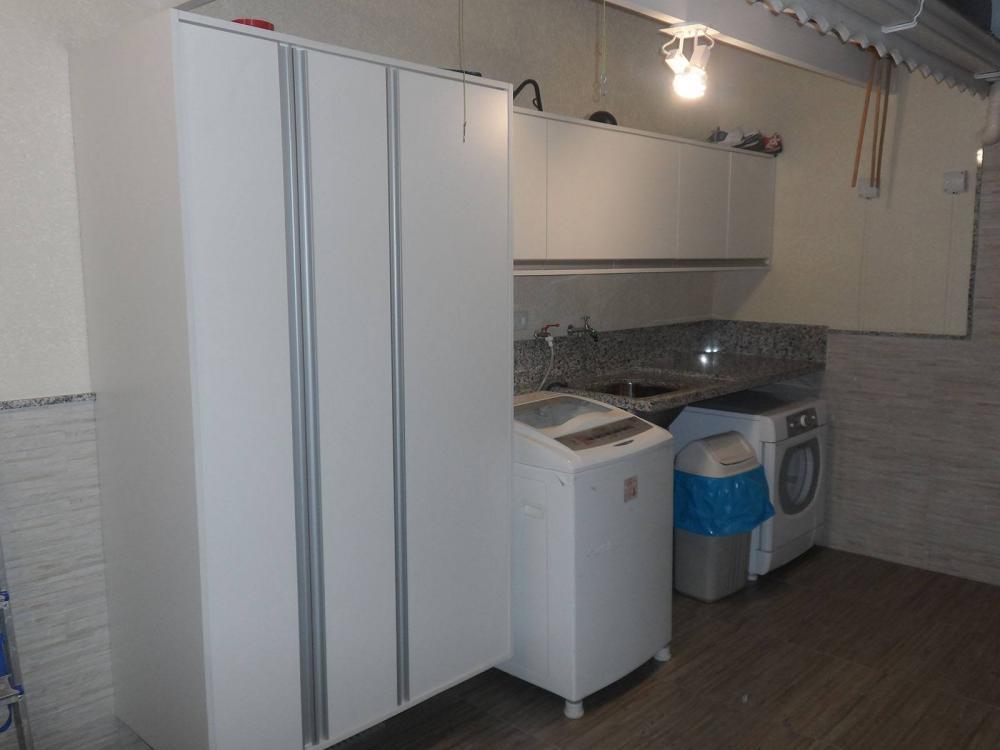 [Móveis planejados para áreas de serviço ou lavanderia no Tatuapé SP com armários em MDF branco com nicho para vassouras e baldes]