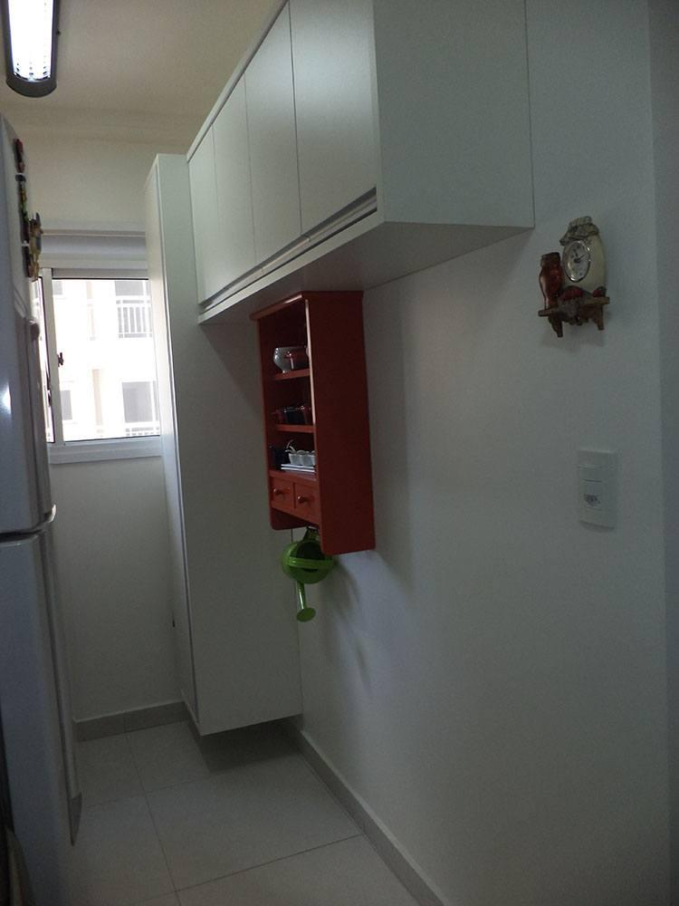 [Móveis planejados para áreas de serviço ou lavanderia de pequenos apartamentos em SP com armários em MDF branco tx com nicho para vassouras e baldes ]