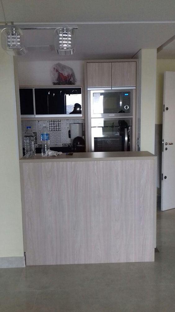 Cozinha planejada no Tatuapé SP, em MDF Carvalho e portas em vidro preto - Foto 1